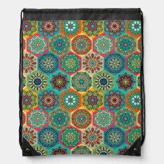 Vintages Patchwork mit Blumenmandalaelementen Turnbeutel