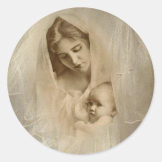Vintages Porträt, liebevolle Mutter, die Baby-Kind Runder Aufkleber