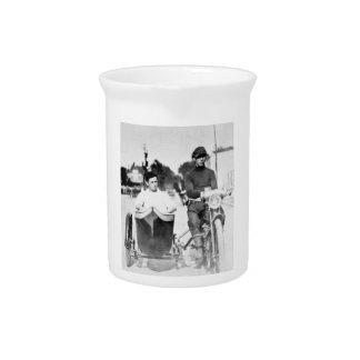 Vintages Radfahrer-Geächtet-Motorrad und Beiwagen Krug