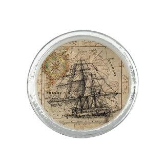Vintages Segeln-Schiff und alte europäische Karte Ring