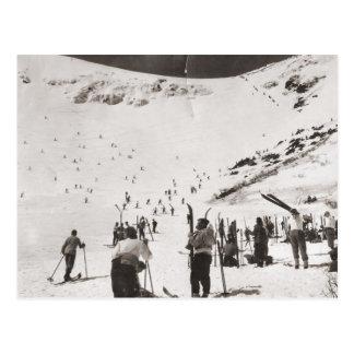 Vintages Skibild, Skiers auf den Steigungen Postkarte