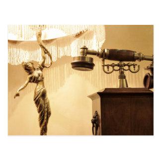 Vintages Thema mit antikem Lampenschirm und retro Postkarten