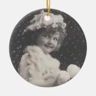 Vintages Verzierung-Mädchen mit Schneebällen Weihnachtsornament