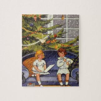 Vintages Weihnachten, Kinder, die auf einer Couch Puzzle