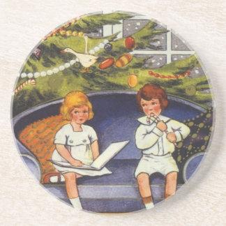 Vintages Weihnachten, Kinder, die auf einer Couch Getränke Untersetzer