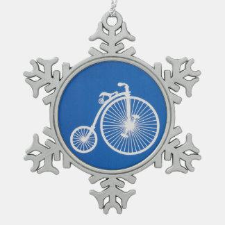 Vintages weißes Fahrrad auf Blau Schneeflocken Zinn-Ornament