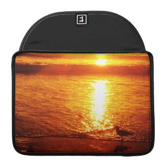 Vögel auf Santa Monica Strand am Sonnenuntergang Sleeve Für MacBooks