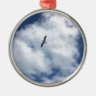 Vögel in den Wolken Rundes Silberfarbenes Ornament