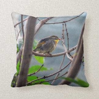 Vogel in einem Baum-Wurfskissen Kissen