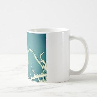 Vogel in umgekehrtem kaffeetasse