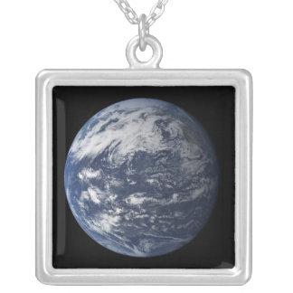 Volle Erde zentriert über dem Pazifischen Ozean Versilberte Kette