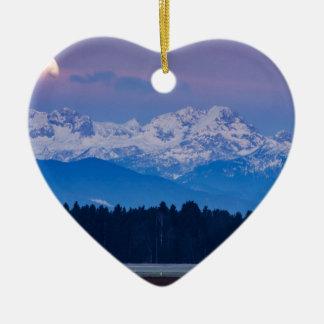 Vollmond, der über die julianischen Alpen Keramik Herz-Ornament