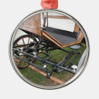 Vorderansicht des altmodischen Pferdewagens Rundes Silberfarbenes Ornament