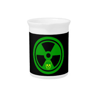 Vorsicht-radioaktives Zeichen mit dem Schädel Getränke Pitcher