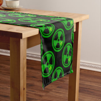 Vorsicht-radioaktives Zeichen mit dem Schädel Kurzer Tischläufer