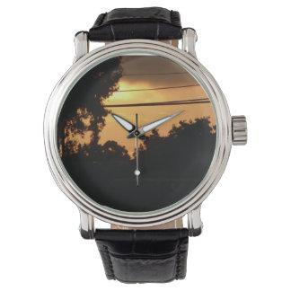Vorstadtsonnenaufgang am Morgen mit Power zeichnet Uhr