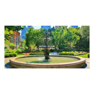 Vorzüglicher Brunnen in einem Park Fotokarten