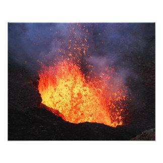 Vulkanische Landschaft - heiße Lavaeruption vom Fotodruck