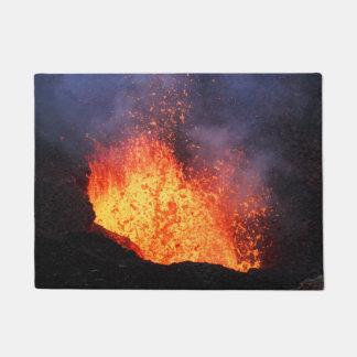 Vulkanische Landschaft - heiße Lavaeruption vom Türmatte