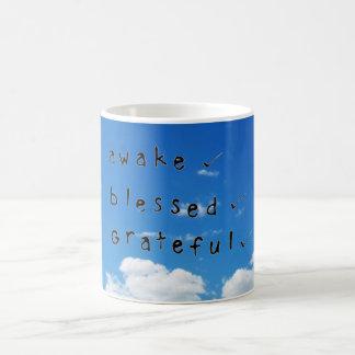Wachen Sie gesegnete u. dankbare Tasse auf