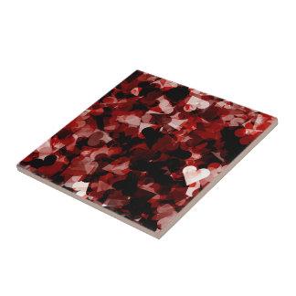 Wahre Liebe-rotes Herz-Gefühl mit schwarzer rosa Keramikfliese