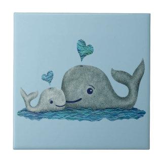 Wal-Mamma-und Baby-Schwimmen im Meer Fliese