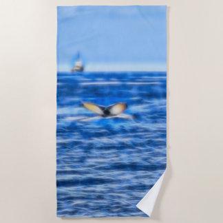 Wal-Schwanz und Schiff auf dem Horizont-Fraktal im Strandtuch