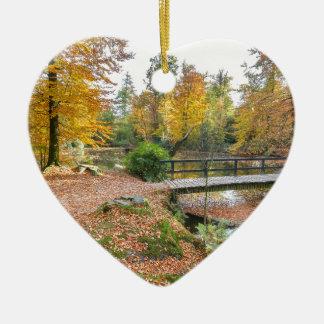 Wald mit Teich und Brücke in den Fallfarben Keramik Herz-Ornament