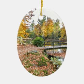 Wald mit Teich und Brücke in den Fallfarben Keramik Ornament