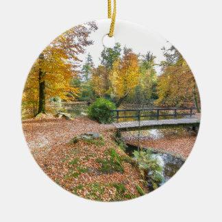 Wald mit Teich und Brücke in den Fallfarben Rundes Keramik Ornament