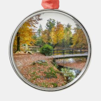 Wald mit Teich und Brücke in den Fallfarben Rundes Silberfarbenes Ornament