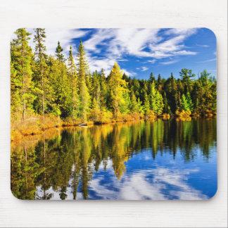 Wald und Himmel, die im See sich reflektieren Mauspads