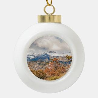 Wald und Snowy-Berge, Patagonia, Argentinien Keramik Kugel-Ornament