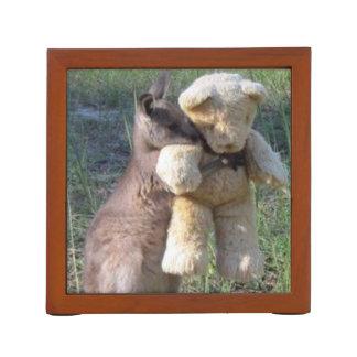 Wallaby, der Bärn-Schreibtisch-Organisator umarmt