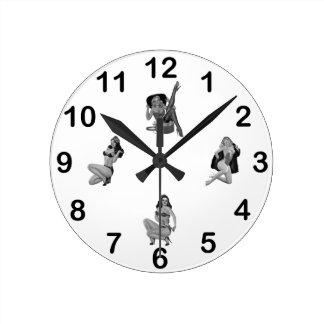 Wand-UhrSchwarz-weiße PinUp-Mädchen gemischt Runde Wanduhr