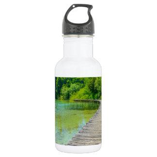 Wandern des Weges in Plitvice Nationalpark in Trinkflasche