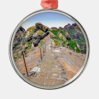 Wanderweg oben in den Bergen auf Madeira Portugal Rundes Silberfarbenes Ornament