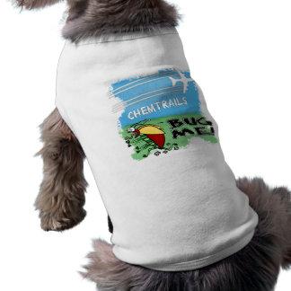 Wanze, die weg von chemtrail Flugzeug läuft Ärmelfreies Hunde-Shirt