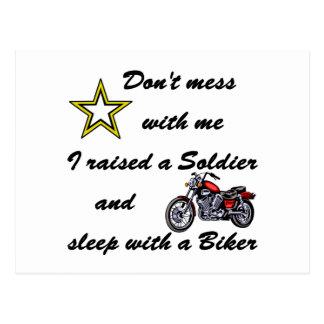 Warf einen Soldaten und einen Schlaf mit einem Postkarte