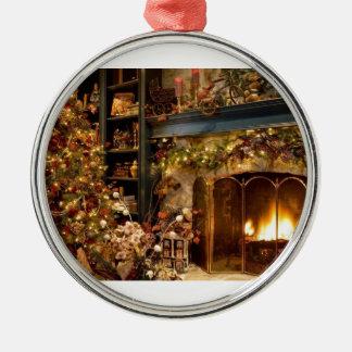 Warmer Kamin durch den Weihnachtsbaum Rundes Silberfarbenes Ornament