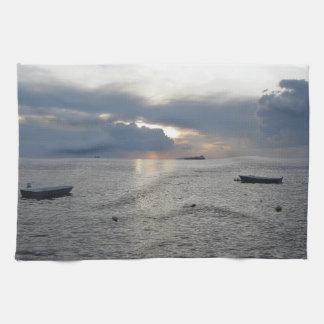 Warmer Seesonnenuntergang mit Frachtschiffen Geschirrtuch