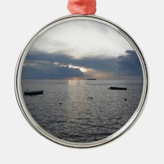 Warmer Seesonnenuntergang mit Frachtschiffen Silbernes Ornament