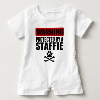 Warnen geschützt durch ein Staffie Baby Strampler