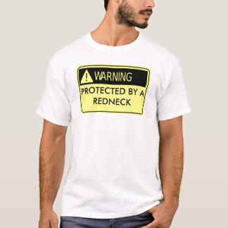 Warnen geschützt von einem Rednecken T-Shirt