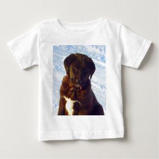 Wartete Schwarz-weißen Labrador-Welpen der Baby T-shirt