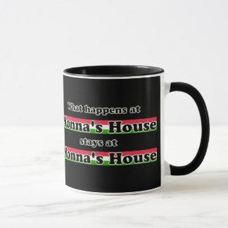 Was am Nonnas Haus-Schwarz-Hintergrund geschieht Tasse