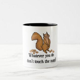 Was auch immer Sie tun, nicht tun Touch die Nüsse! Zweifarbige Tasse