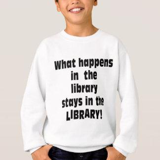 Was in der Bibliothek geschieht Sweatshirt