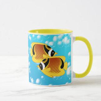 WaschbärButterflyfish im sprudelnden Wasser Tasse