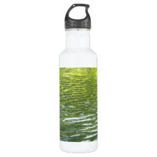 Wasser des Eichen-Nebenflusses gelb und grünes Edelstahlflasche